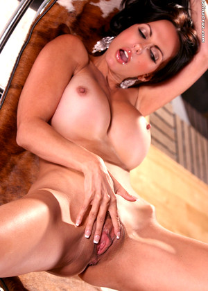 Brunette alexis shave pussy