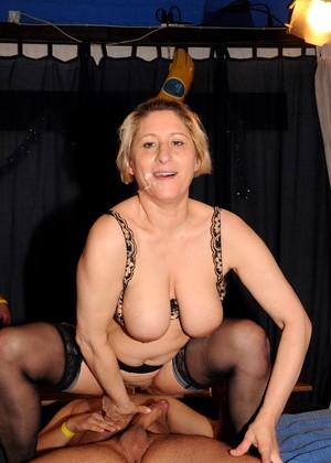 Dolly Riesenschwanz Upskirt Gruppensex