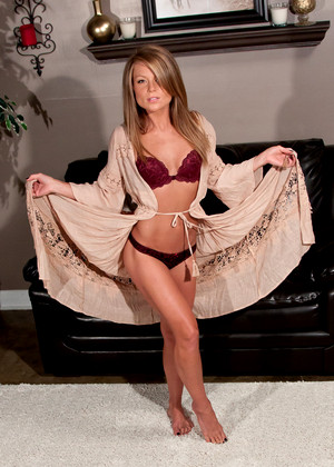 Blonde chick Carter Cruise seduces the piano repairman in her bra and panties  595651