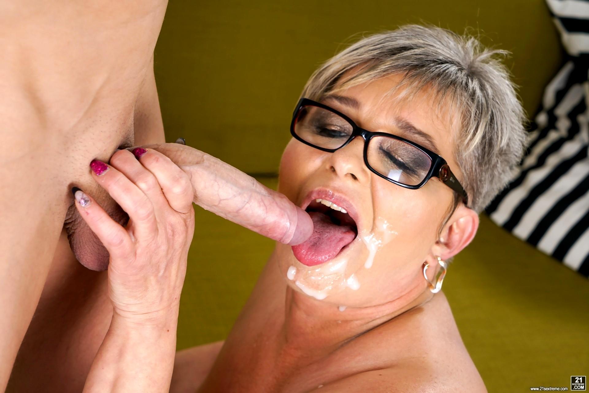 Granny pussy lick