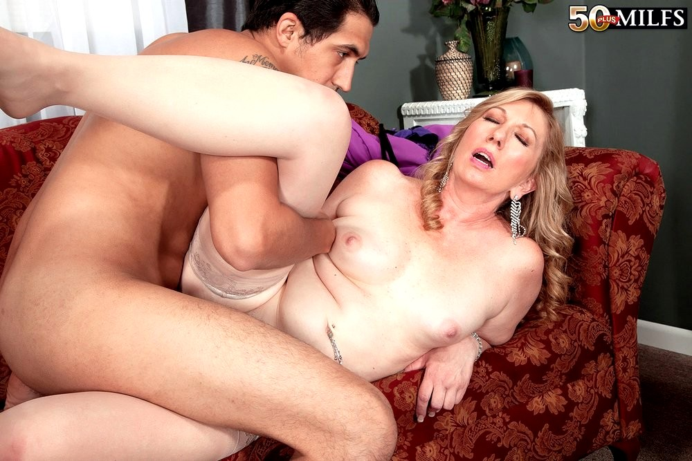 Mature woman hasn't been fucked for a long time - PornDig