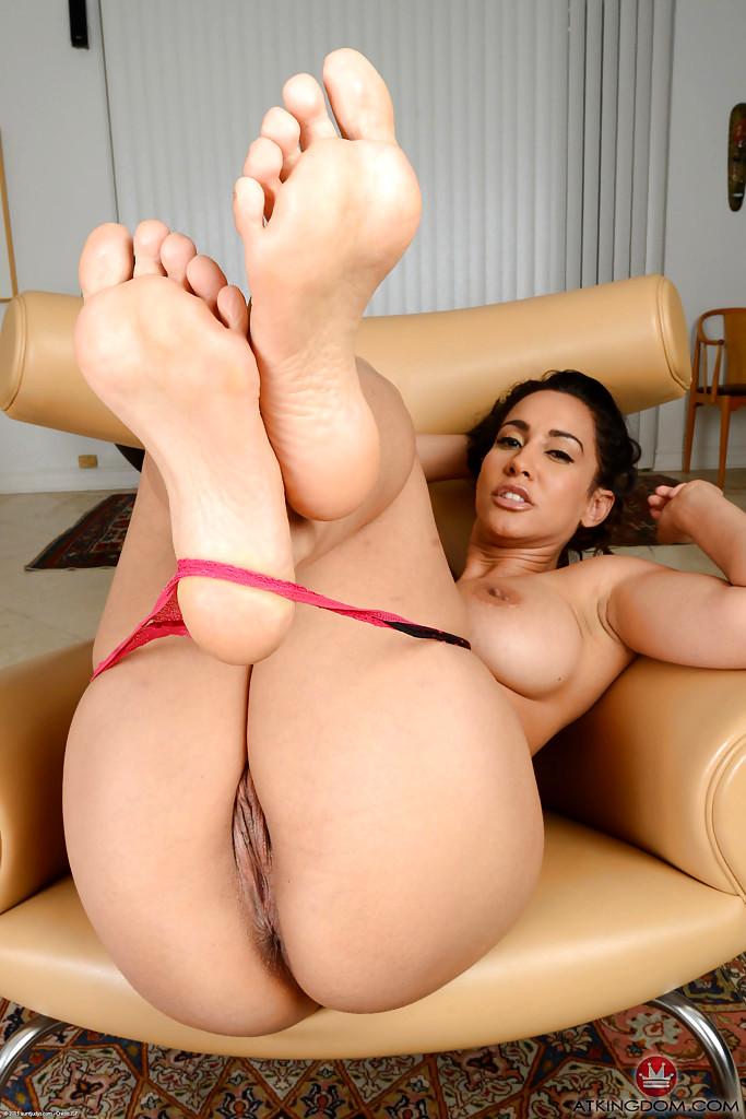 Isis love feet