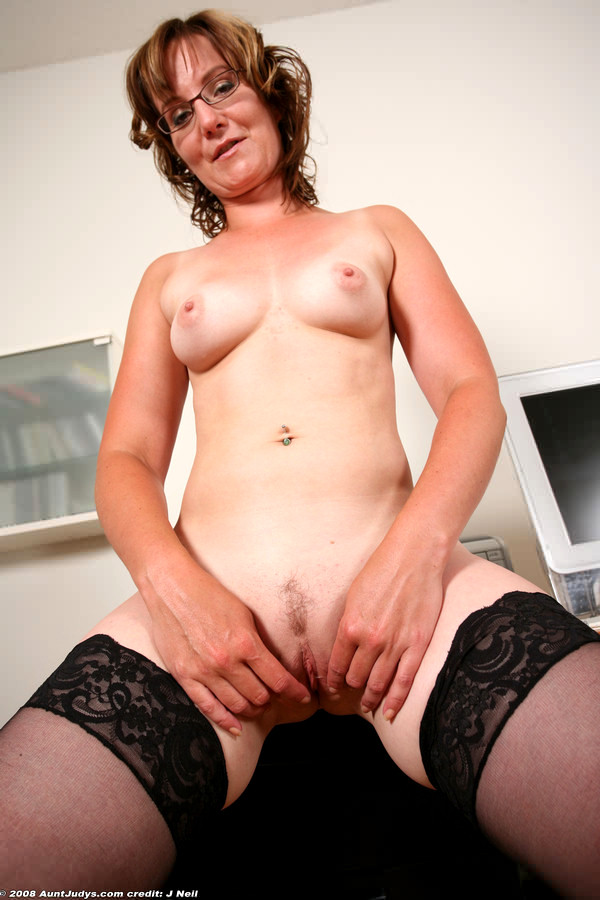 Mature madam k poses her cougar body for