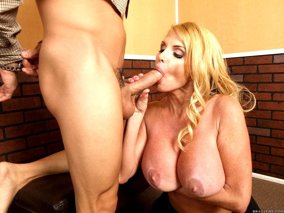 Блондинка с большими сиськами сосет член смотреть онлайн опытная красивая
