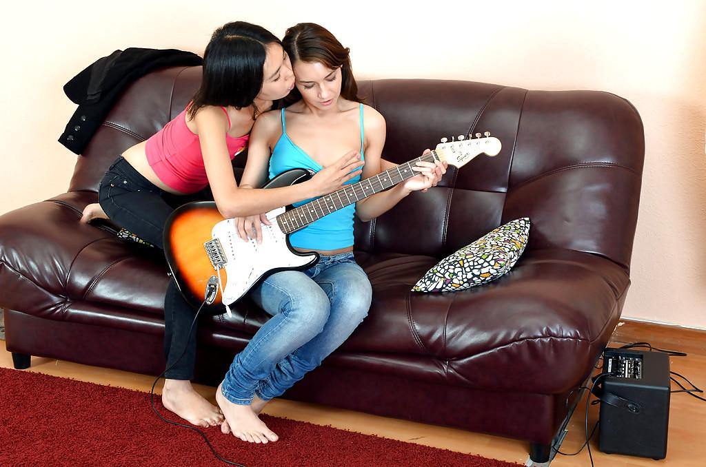 молодая лесбиянка сделала куни своей спящей подруге