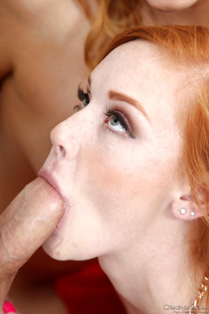 photos-redhead-sucking-a-blonde-pussy-bleech