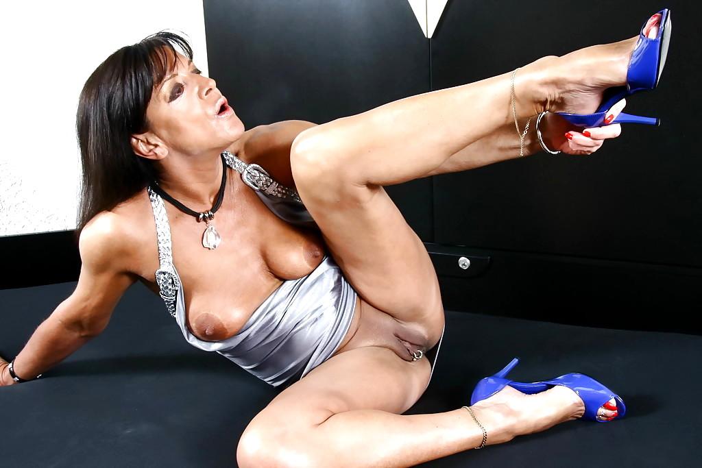 Nackt lady sarah Naked Yoga