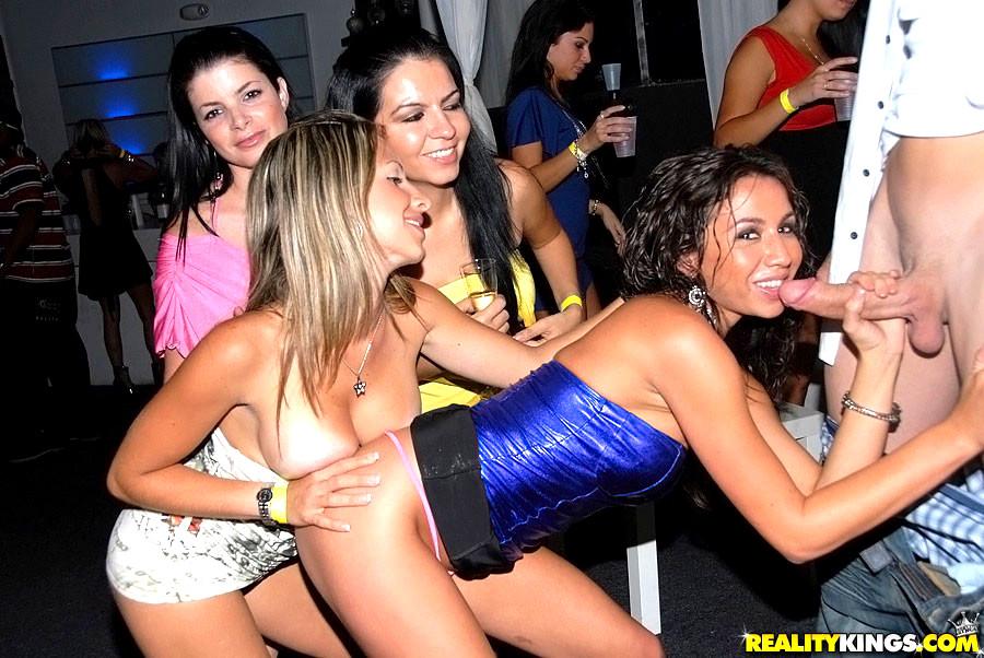 Девушка на вечеринке без трусов видео