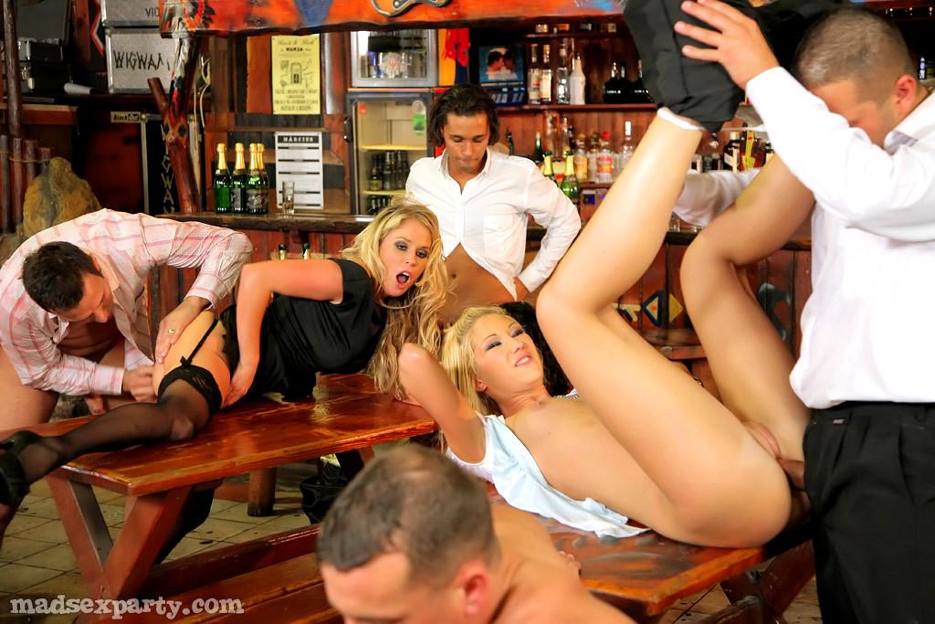 seks-bar-v-kostyumah-foto-devka-drochit-muzhiku-nogami-pod-stolom