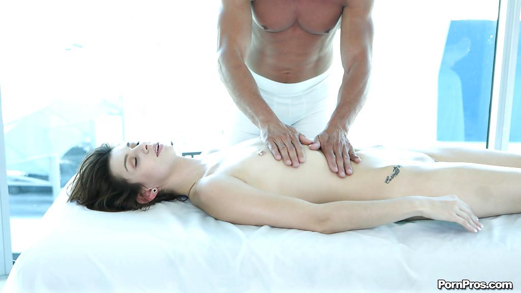 drugu-trahnut-steysi-delaet-massazh-nezhnim-otsosom