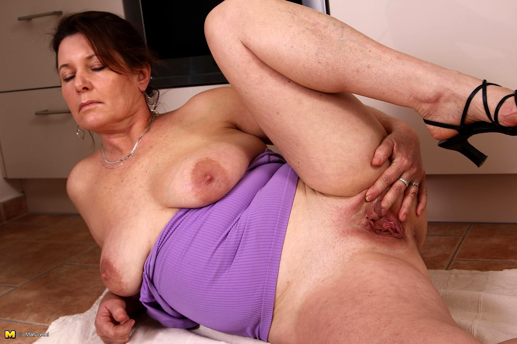 Watch free dirty housewife porn pics on tnaflix porn galery