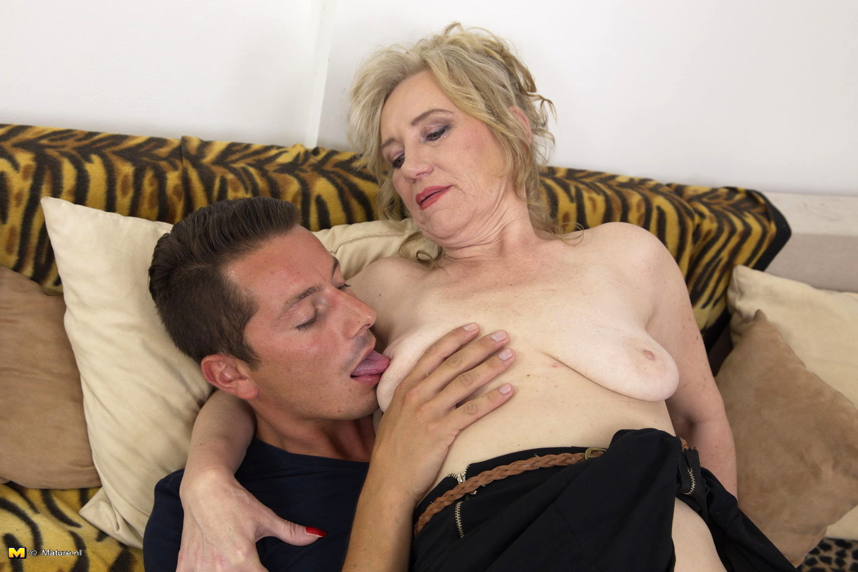 Mature lady gives passionate