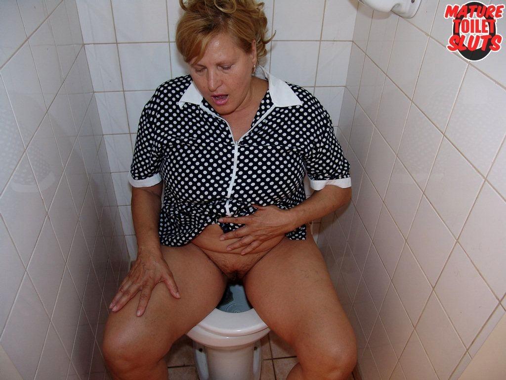 девушек крупным фотографии женщины справляют нужду в туалете поздно вечером