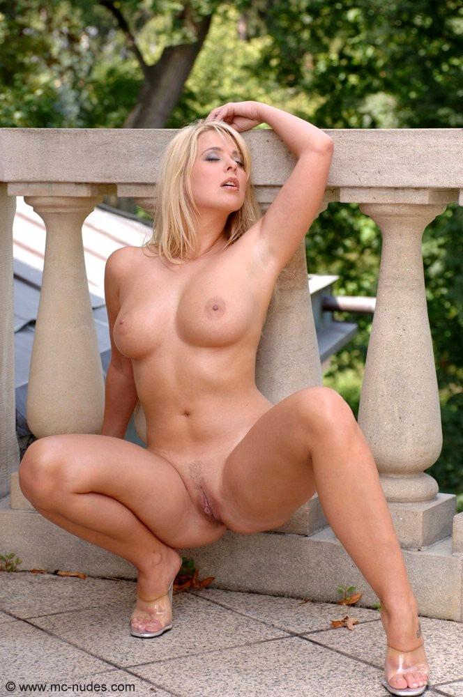 порно онлайн девушка на корточках фото эротика водичке