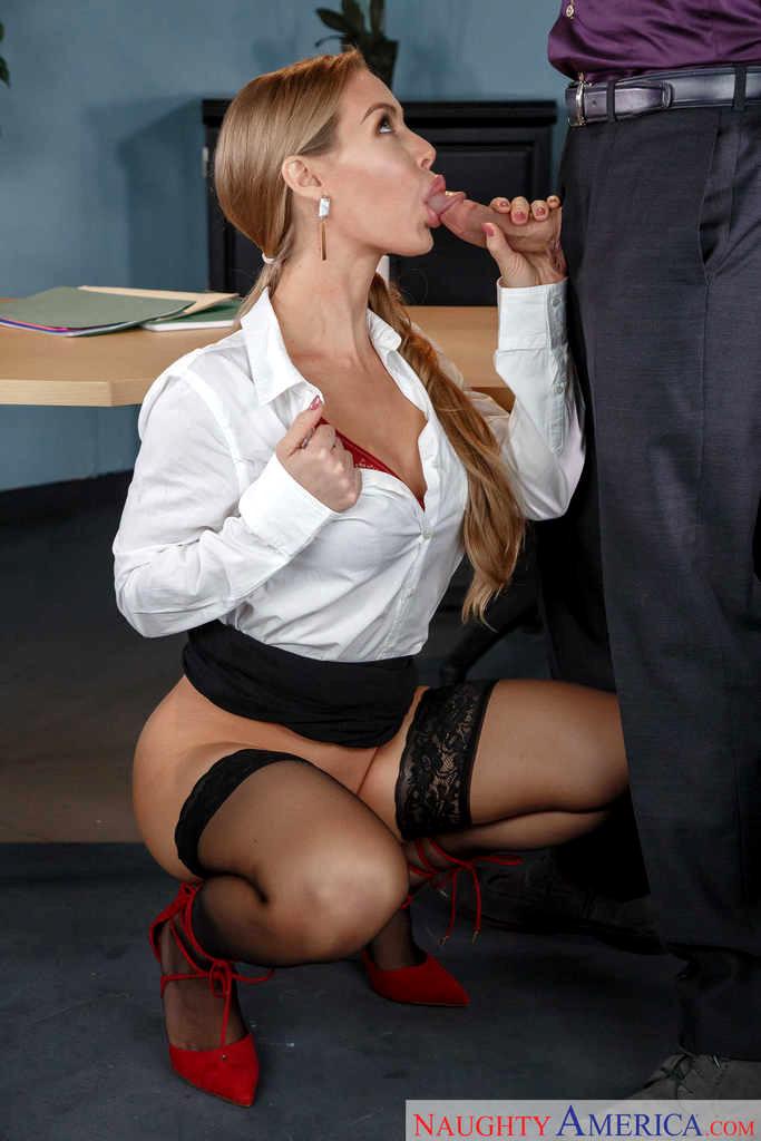 красивые девушки в юбках делают минет в офисе вас