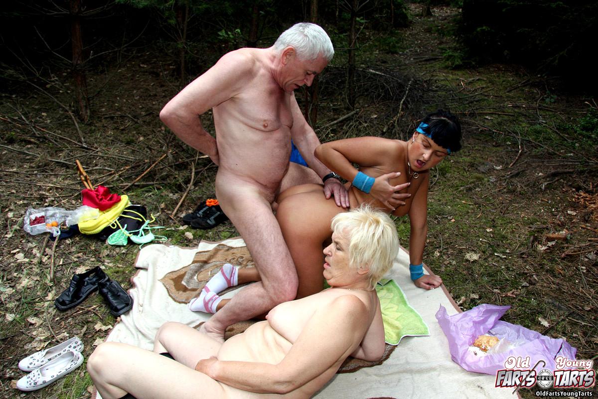 Порно Старушек На Природе