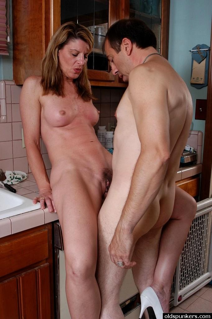 домохозяйка трахается у себя на кухне - 6