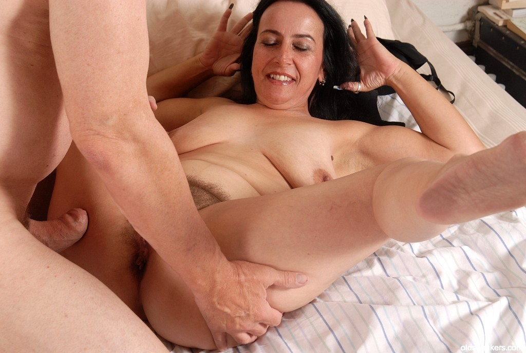 Young milf achieves an orgasm while being double penetrated, free porn