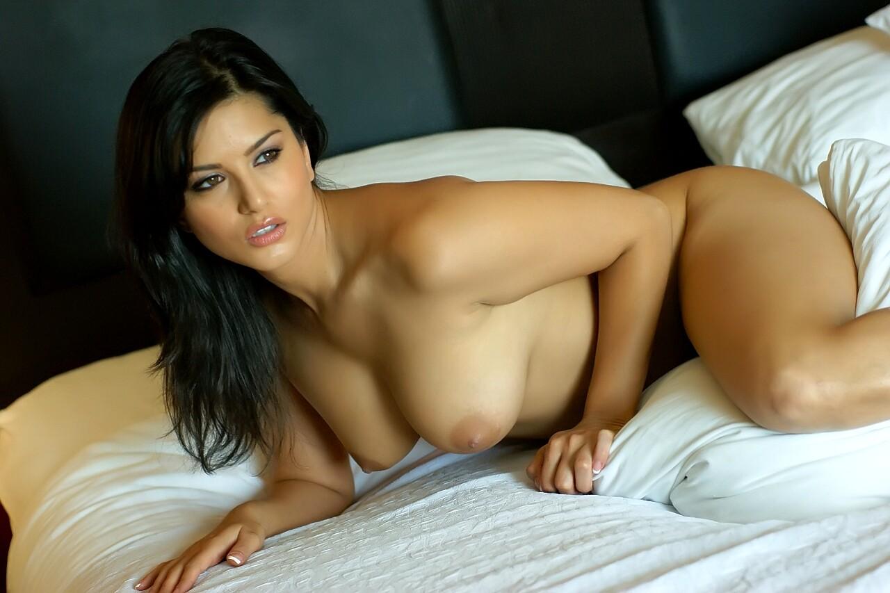 Dreamy Indian Pornstar Sunny Leone Needs To Pose On Camera