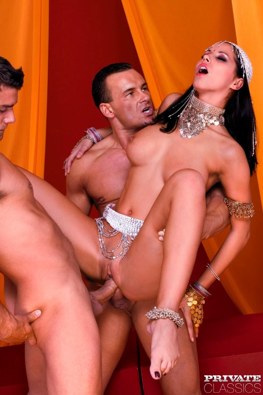 Секс с восточными красавицами видео, телку трахают толпой телки