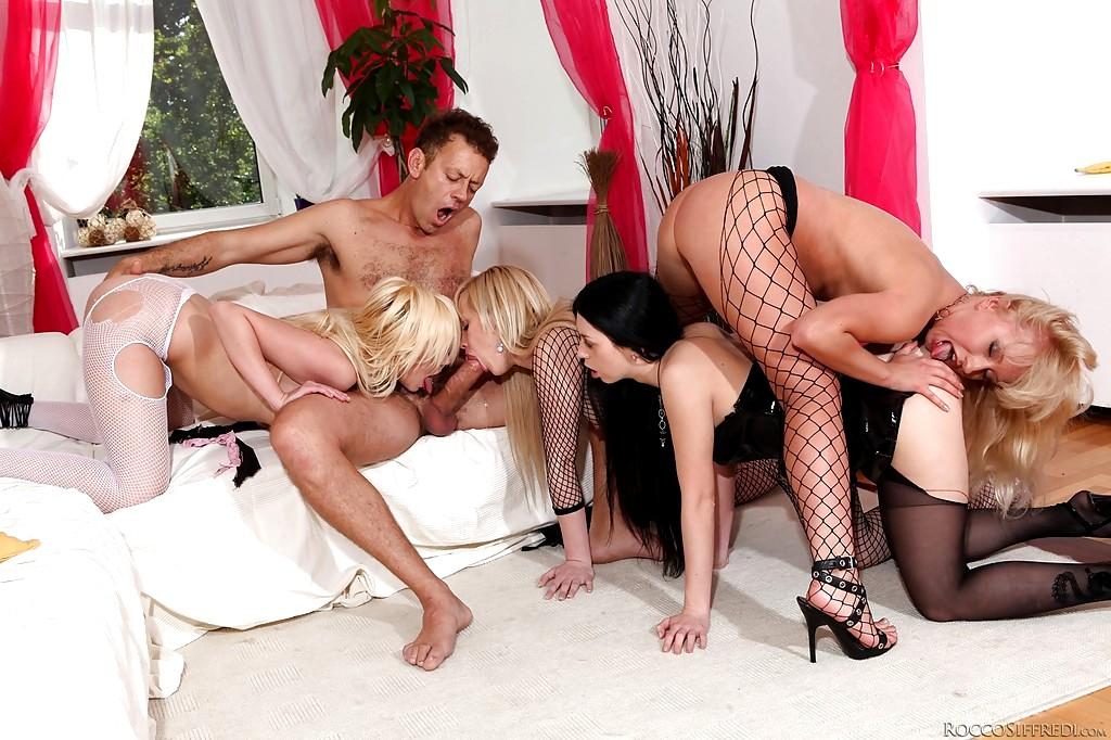 Оргия в чулках жен с мужьями на большой кровати