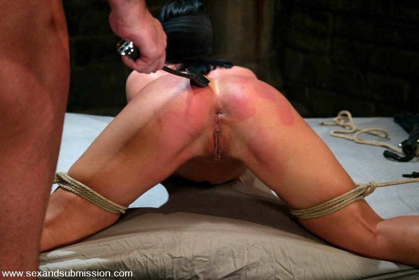 Избиение плёткой порно