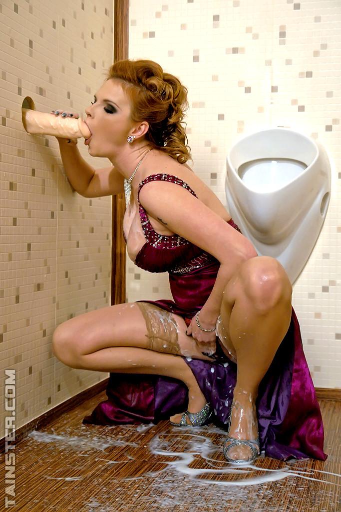 Негром блондинки в туалете заливают спермой восточной