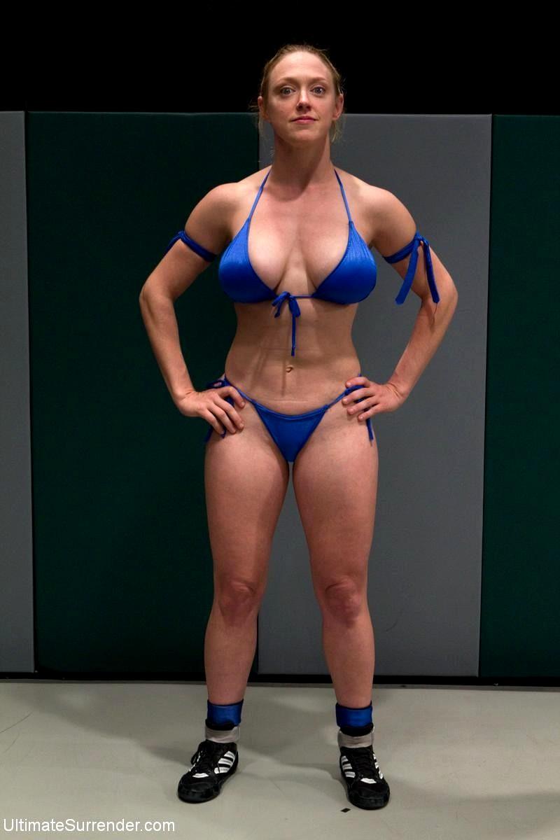 Sexy Mama Bella Rossi quält Ihre süße asiatische Sklavin