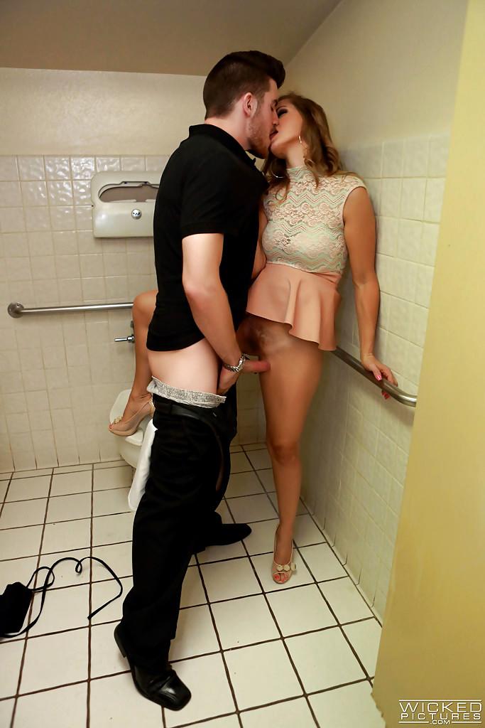 Трахнул чужую жену в туалете порно